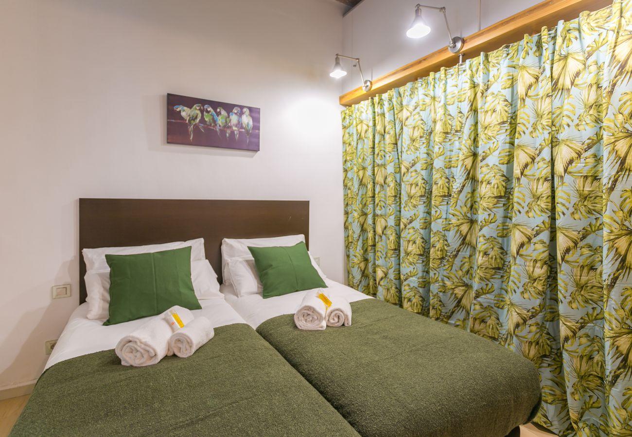 dormitorio con 2 camas individuales y armario enorme BARCELONETA BEACH