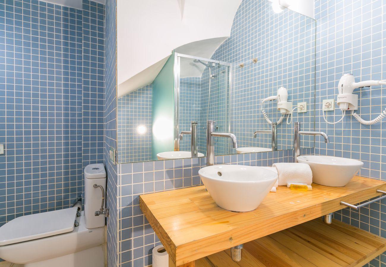 baño con dos lavabos y espejo grande en BARCELONETA BEACH
